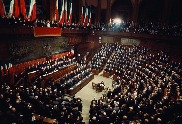 https://it.wikipedia.org/wiki/File:Parlamento_Italiano_Giuramento_di_Giovanni_Leone.jpg